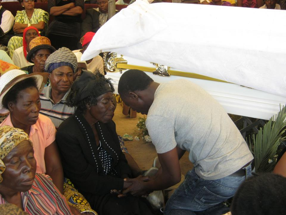 alick-macheso-finally-shows-up-and-seen-here-consoling-dhewas-mother-vachihera