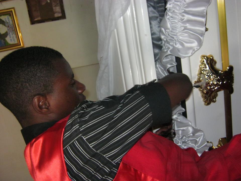 tongai-moyo-son-near-coffin