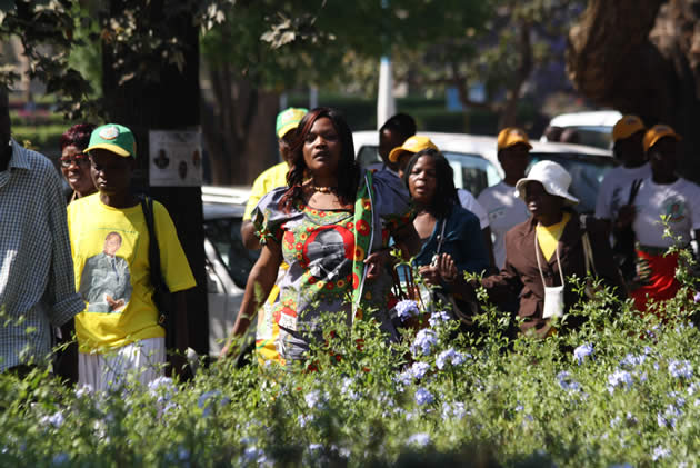 zanu-pf-supporters-coming-for-the-opening-of-parliament-in-harare-2